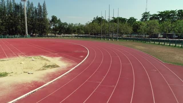vídeos de stock e filmes b-roll de stadium football 4k resolution aerial shot by drone - quadra desportiva