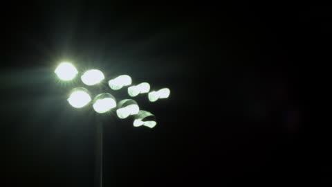 vídeos y material grabado en eventos de stock de ms stadium lights switch off/on / riverside, california, united states  - reflector luz eléctrica