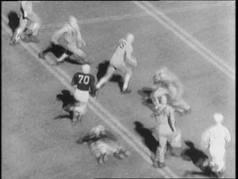 vidéos et rushes de stadium watches, cheerleaders spell out 'illini' on field / minnesota vs illinois / bill daley scores 73-yrd touchdown for minnesota gophers / crowd... - 1941