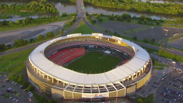 vídeos y material grabado en eventos de stock de ws aerial pov rfk stadium with players practicing on field / washington dc, united states - estadio rfk