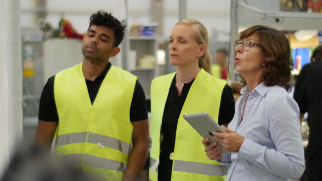 staff and management meeting in a factory - arbeitssicherheit stock-videos und b-roll-filmmaterial