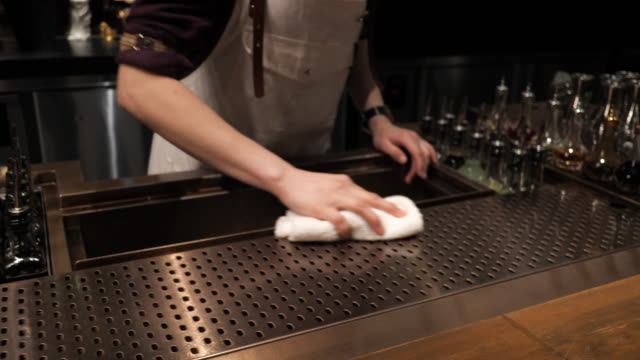 staff in restaurant cleaning bar counter - lavori di casa video stock e b–roll