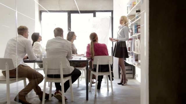 vidéos et rushes de réunion du personnel mènent par femme - réunion du personnel