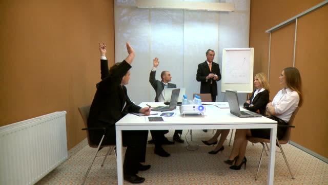 dolly hd: riunione del personale - braccia alzate video stock e b–roll