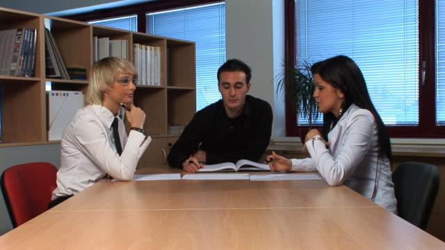hd :スタッフの会議 - 男性と複数の女性点の映像素材/bロール