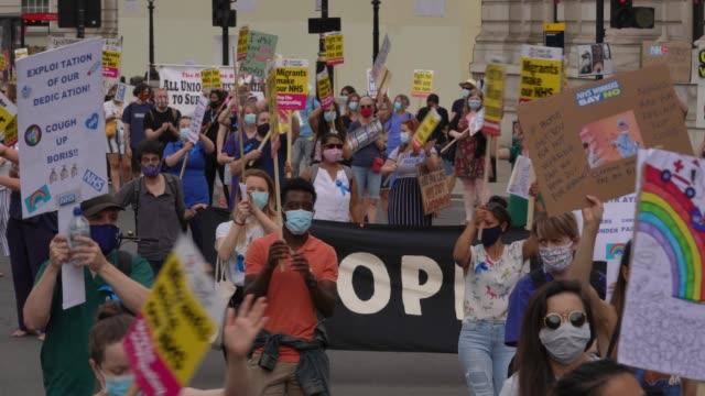 staff protest socially distantly as they march from st james park to parliament sq on august 8, 2020 in london, england. nhs staff take part in... - servizio sanitario nazionale britannico video stock e b–roll