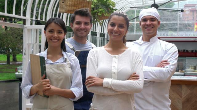 Mitarbeiter arbeiten in einem restaurant