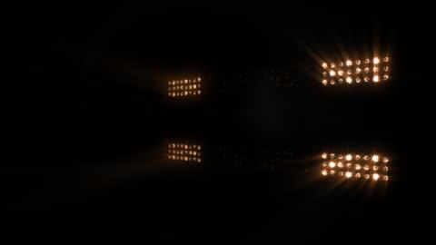 vídeos y material grabado en eventos de stock de etapa, un concierto o estadio luces intermitentes, con sonido. colores cálidos. - reflector luz eléctrica