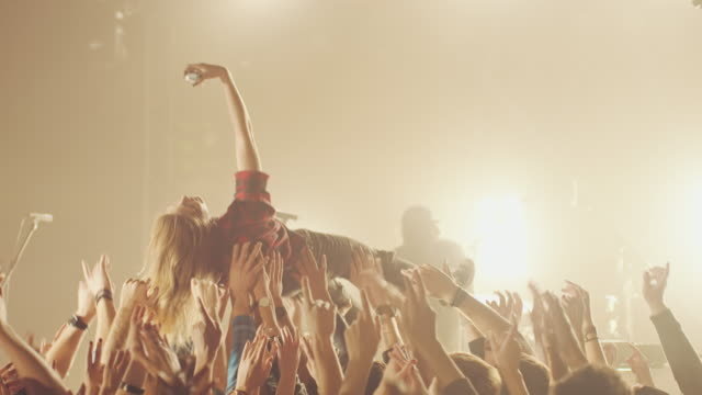 vídeos de stock, filmes e b-roll de estágio de mergulho - jogando se na multidão