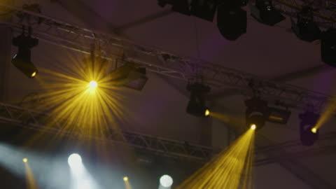 ms-stage lichter über menge an musikkonzert - schwenk stock-videos und b-roll-filmmaterial