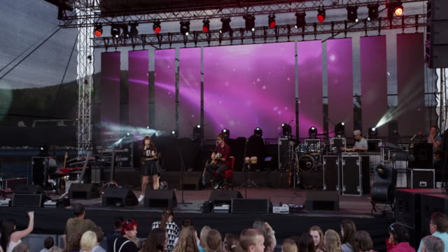 vídeos y material grabado en eventos de stock de cs stage of an evening concert - música pop