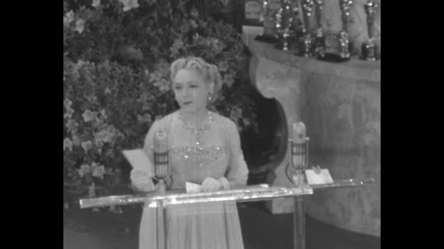 ws stage oscar atop huge prop cake to side orchestra plays fanfare of let me call you sweetheart bob hope walks to podium to join mary pickford huge... - cecil b. demille stock videos & royalty-free footage