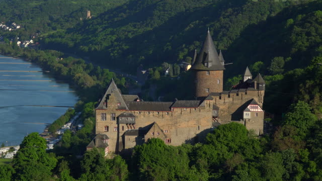 stahleck castle above bacharach, rhine valley, rhineland-palatinate, germany - rhein stock-videos und b-roll-filmmaterial