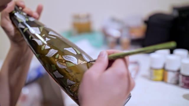 vidéos et rushes de vitrail, verre à la main, peinture, espace de travail, oeuvre, artisanat, idées, gros plan - verre translucide