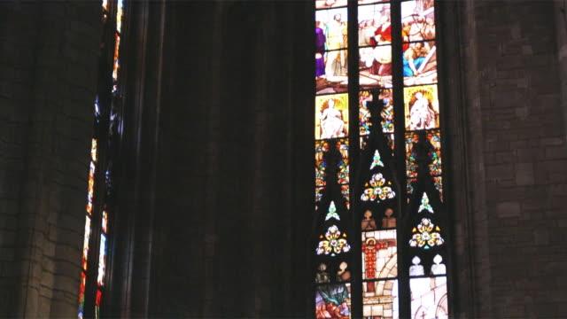 vídeos de stock, filmes e b-roll de ms tu stained glass in church / milan, italy - armação de janela