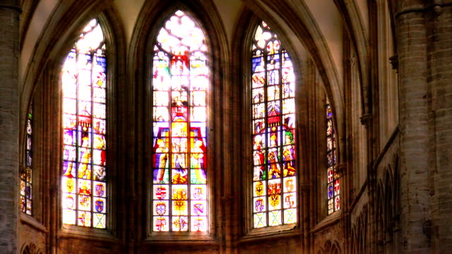 stockvideo's en b-roll-footage met stained glass light rays - brussels, belgium - kerk