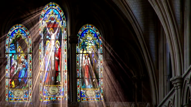 stockvideo's en b-roll-footage met stained glass light rays - kerk