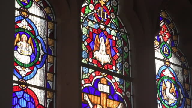 stockvideo's en b-roll-footage met stained glass tilt - kerk