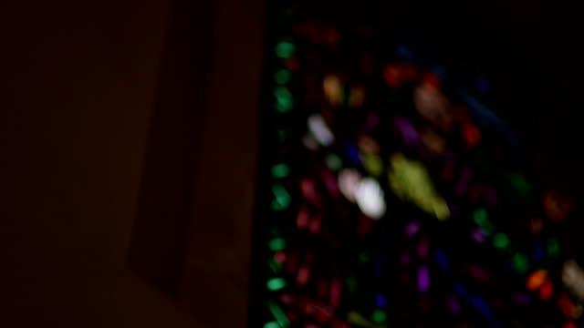 MEDIUM SHOT Flachwinkelansicht Buntglasfenster in der Kirche