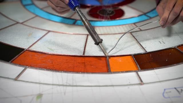vídeos y material grabado en eventos de stock de proceso de trabajo de vidrieras. - vidriera de colores