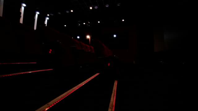 Treppe und Gang in Rot leeren Kino hall