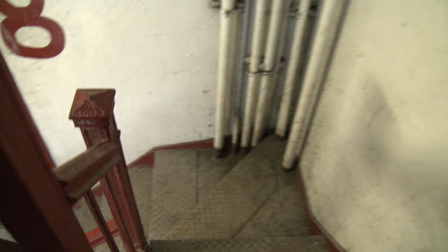 stockvideo's en b-roll-footage met ms ha pov staircase in abandoned building, new york city, new york, usa - verlaten slechte staat