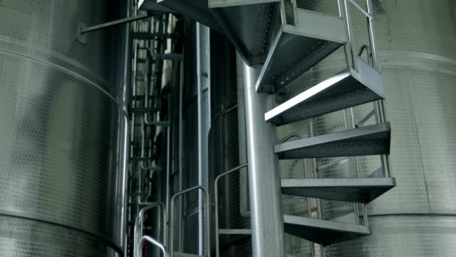 Treppenhaus im Flüssigkeitslagerung mit Aluminium-Fässern
