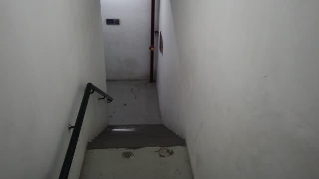 オフィスビルの非常口用階段 - 方向標識点の映像素材/bロール