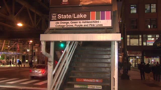 vidéos et rushes de stairs to elevated train station on november 13 2013 in chicago illinois - métro de chicago