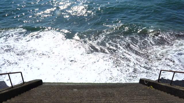 ビーチへの階段 - 相模湾点の映像素材/bロール