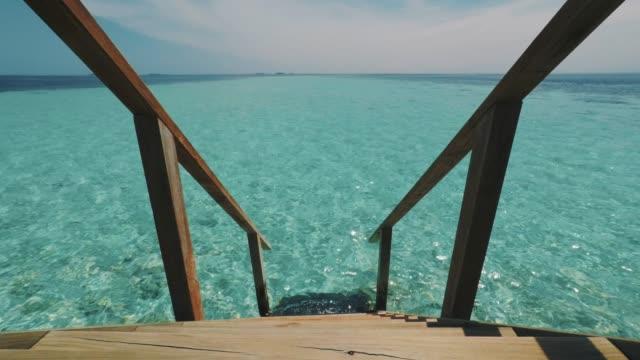 vídeos de stock, filmes e b-roll de escada para o mar - toalha de praia