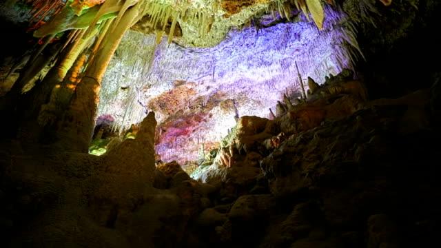 鍾乳石洞窟入り江デルス ハム、ポルト ・ クリスト、マナコール, マヨルカ島, スペイン - 洞窟点の映像素材/bロール
