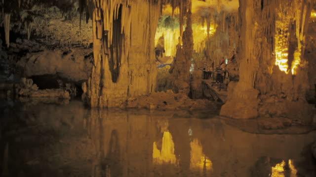 vídeos de stock, filmes e b-roll de ws stalactite cave neptune's grotto (grotta di nettuno) near alghero / sardinia, italy - grotto cave