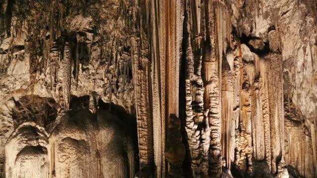 vídeos de stock, filmes e b-roll de estalactite caverna de - stalactite