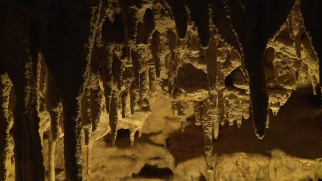 vídeos y material grabado en eventos de stock de cu, zi, stalactites in underground cave, playa del carmen, quintanaroo, mexico - playa del carmen