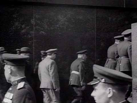 stalin and leaders come out of lenins tomb and go on top of mausoleum audio / moscowrussia - anno 1947 video stock e b–roll