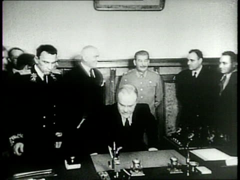 stalin giving speech in russia / russian political leaders discuss pact, including vyacheslav molotov and andrey vyshinsky / quotes from western... - 1949 bildbanksvideor och videomaterial från bakom kulisserna