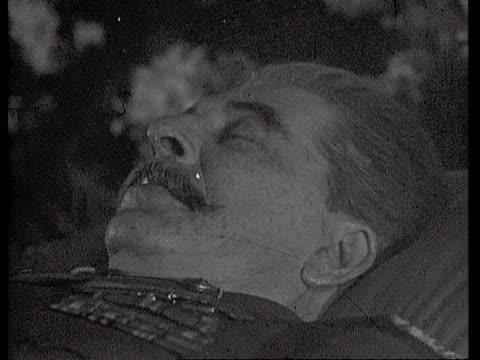 cu stalin lying in coffin at trade union house / moscow russia - 1953年点の映像素材/bロール