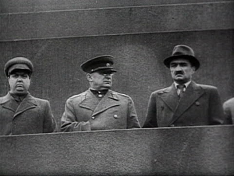 ms stalin molotov malenkov beria mikoyan kaganovich khrushchev budenny voroshilov zhdanov bulganin zhukov officers standing at attention on red... - 1945 stock-videos und b-roll-filmmaterial
