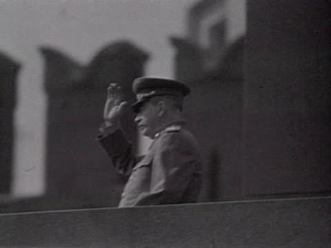 stalin waving from lenin mausoleum audio / moscowrussia - anno 1947 video stock e b–roll