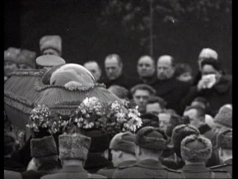 stalin's coffin carried by suslov into mausoleum at red square / moscow russia audio - 1953年点の映像素材/bロール