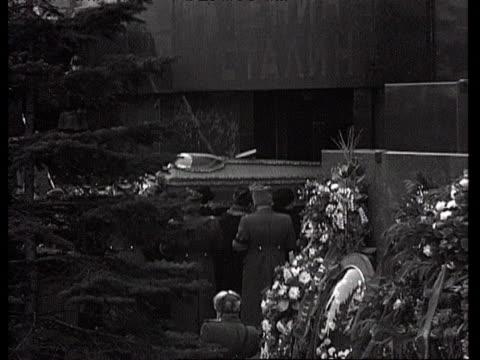 vídeos y material grabado en eventos de stock de ms stalin's coffin carried by suslov into mausoleum at red square / moscow russia audio - ataúd