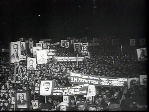 stockvideo's en b-roll-footage met stalin's worship, cult of personality . meeting at night. crowd holding banners and portraits of stalin and molotov, mcu statue of stalin carried by... - mannelijke gelijkenis