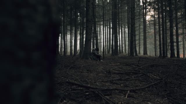 vidéos et rushes de pov stalker à la recherche de jeune femme perdue dans la forêt. - se cacher
