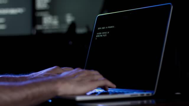 Hacker digitando la tastiera