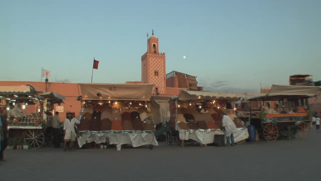 ws stalls in djemaa el fna square, marrakech, morocco - minareto video stock e b–roll