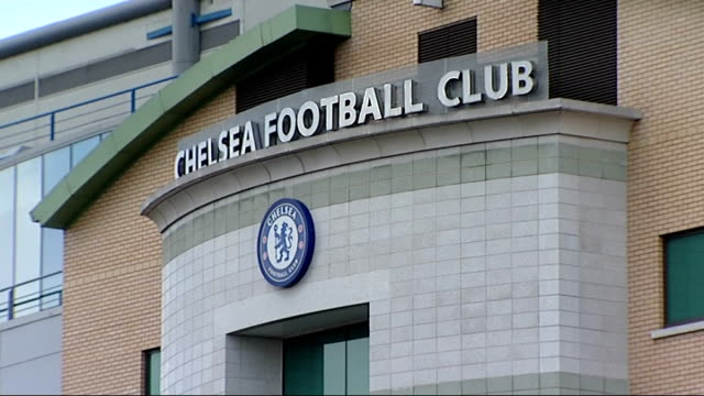 london chelsea stamford bridge ext 'uefa champions league' flag flying over stadium/ chelsea football club sign and logo over stadium entrance/... - スタンフォードブリッジ点の映像素材/bロール