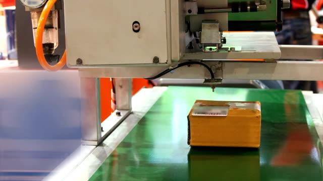 stempel-maschine im lager - qualitätsprüfer stock-videos und b-roll-filmmaterial