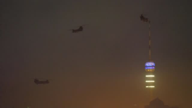 stampede at funeral of qasem soleimani leaves 56 dead and hundreds injured iraq baghdad numerous boeing ch47 chinook helicopters taking off from... - baghdad video stock e b–roll