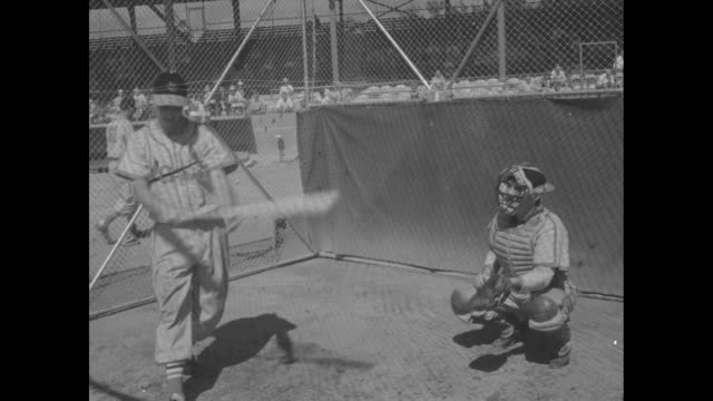 vidéos et rushes de stan musial, st. louis cardinals, at spring training batting practice in florida / cardinals manager marty marion and player stan musial sign... - directrice